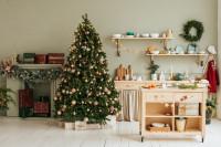 Kuchynský kút zo svetlého dreva s vianočnou výzdobou