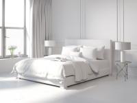 Manželská posteľ v elegantnej čisto bielej spálni