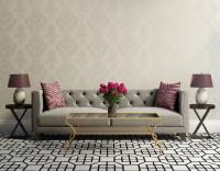 Luxusná sivá čalúnená pohovka s glamour doplnkami