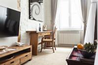 Písací stôl a drevená stolička v rustikálnom štýle
