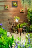 Ľahké kovové stoličky a stolík v zimnej záhrade