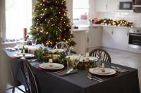 Dlhý jedálenský stôl s čiernym obrusom a vianočnou výzdobou