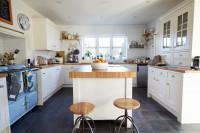 Biela provensálska kuchyňa s ostrovčekom