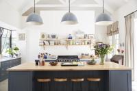 Kuchynský ostrovček v modro-bielej vidieckej kuchyni