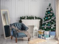 Modré vintage kreslo v obývačke s vianočnými dekoráciami