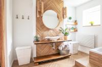 Okrúhle zrkadlo v kúpeľni s drevenými doplnkami