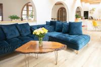 Modrá rohová pohovka v rustikálnej obývačke