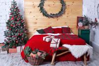 Vidiecka spálňa s vianočnou výzdobou v červenej farbe