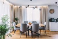 Drevený stôl a čalúnené stoličky vo svetlej jedálni