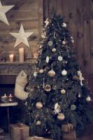 Vianočný stromček s prírodnými ozdobami v rustikálnej obývačke
