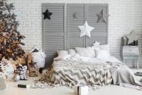Veľká manželská posteľ a vianočné dekorácie v sivo bielej kombinácii
