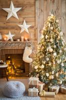 Sivý puf a vianočný stromček v rustikálnej obývačke