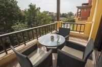 Moderná ratanová súprava na stolovanie na slnečnom balkóne