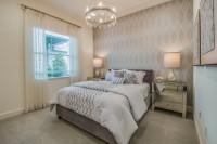 Čalúnená posteľ v klasickej spálni v béžových tónoch