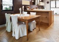 Vintage jedálenský stôl v minimalistickej kuchyni