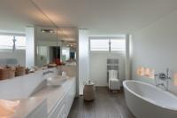 Biele skrinky v modernej priestrannej kúpeľni