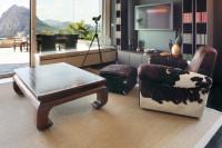 Kožené kreslo a drevený konferenčný stolík