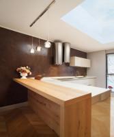 Minimalistická biela kuchyňa s hnedou stenou