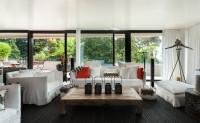 Biele pohovky a nízky drevený stolík