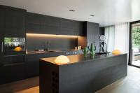 Moderná čierna kuchyňa s jednoduchými líniami