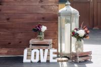Kovový lampáš a valentínske dekorácie na rustikálnej terase