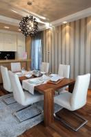 Drevený jedálenský stôl s bielymi čalúnenými stoličkami