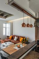 Hnedá rohová pohovka a medené závesné lampy