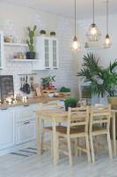 Drevený jedálenský stôl v bielej provensálskej kuchyni