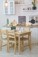 Provensálska kuchyňa s bielou tehlovou stenou