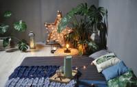 Nízka posteľ a prírodné dekorácie v bohémskej spálni