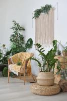 Ratanové kreslo so žltou dekou v bohémskej obývačke