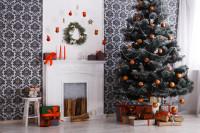 Vianočný stromček s oranžovými dekoráciami v klasickej obývačke