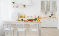 Jedálenský stôl a stoličky v bielej provensálskej kuchyni