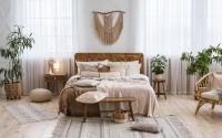 Masívna drevená posteľ v bohémskej spálni