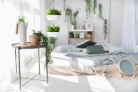 Nízka japonská posteľ a odkladací stolík vo svetlej spálni