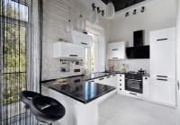 Barové stoličky v modernej kuchyni s čierno-bielou kuchynskou linkou