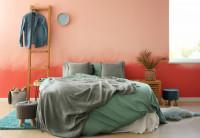 Pohodlná posteľ v bohémskej spálni s ružovou stenou