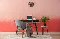 Malý písací stôl v bohémskej pracovni s ružovou stenou