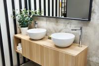 Okrúhle umývadlá na drevenej kúpeľňovej skrinke