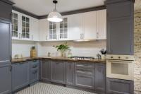 Klasická kuchynská linka v sivo-bielej farebnosti