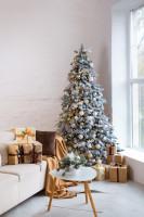 Pohovka a drevený stolík s veľkým vianočným stromčekom