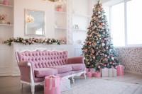 Vintage pohovka a vianočný stromček v ružových farbách