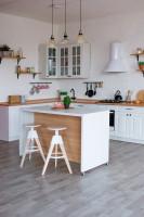 Barové stoličky v bielej škandinávskej kuchyni