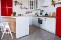 Biela kuchynská linka s červenými doplnkami