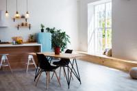 Jedálenský stôl a čierne stoličky v škandinávskom štýle