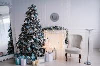 Obývačka v barokovom štýle s kreslom a vianočným stromčekom s modrými ozdobami