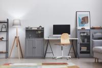 Stojanová lampa a sivý nábytok v škandinávskej pracovni