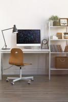 Minimalistický písací stôl v modernej bielej pracovni