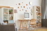 Drevený písací stôl v modernej bielej pracovni