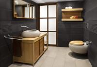 Svetlý drevený nábytok v tmavosivej modernej kúpeľni
